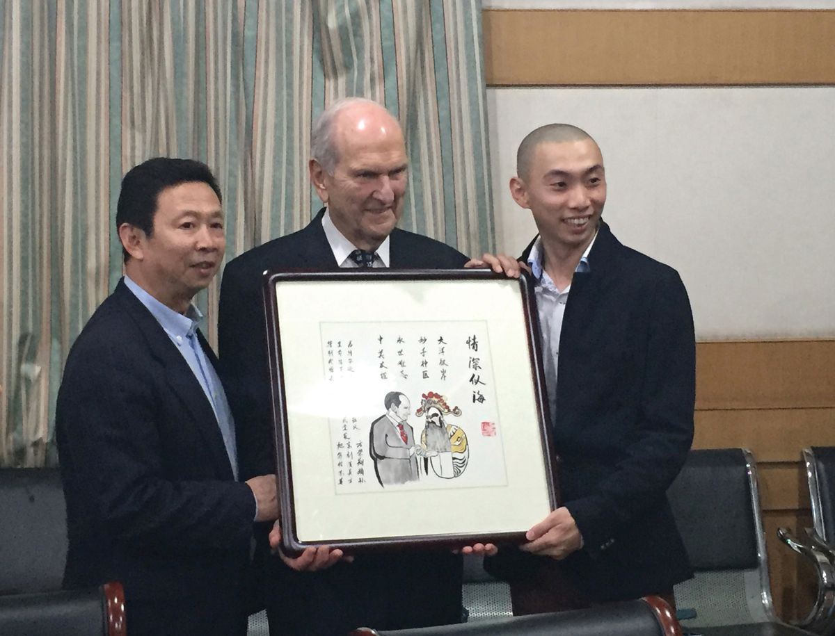 President Russell M. Nelson of The Church of Jesus Christ of Latter-day Saints is honored by the son and grandson of Fang Rongxiang, the Chinese opera star whose life he saved as a heart surgeon.
