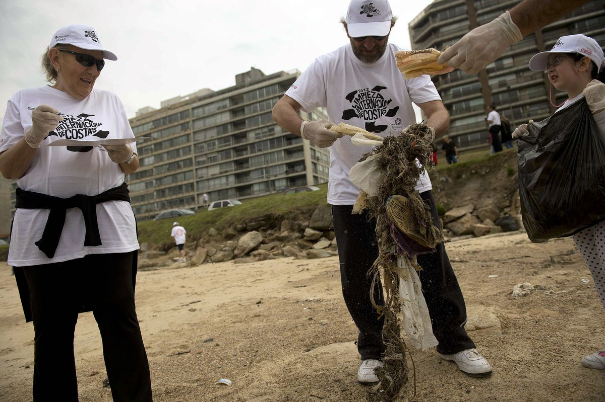 Uruguayan Minister of Housing, Land Use and Environment Francisco Beltrame works with volunteers to clean Pocitos beach in Montevideo during the 2012 International Coastal Cleanup Day.