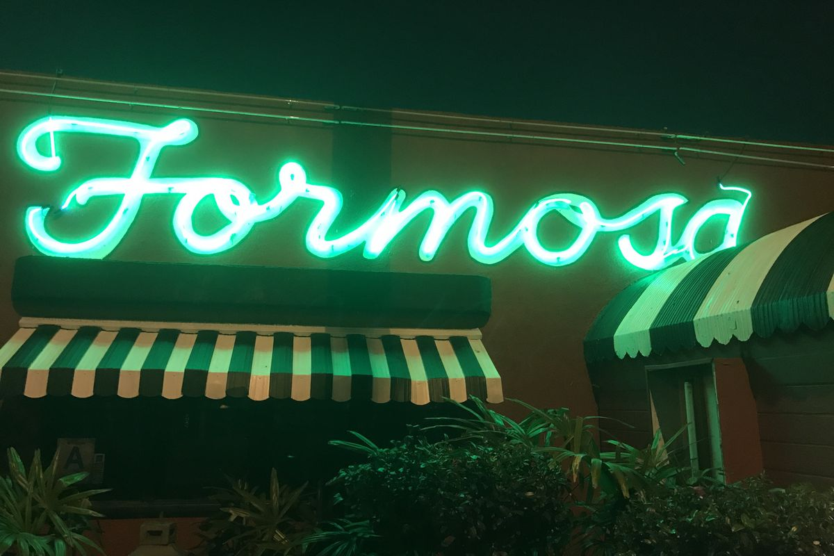 92 Year Old Formosa Cafe Seems to Have Shuttered Overnight  : formosacafesignnightfarley0 from la.eater.com size 1200 x 800 jpeg 102kB