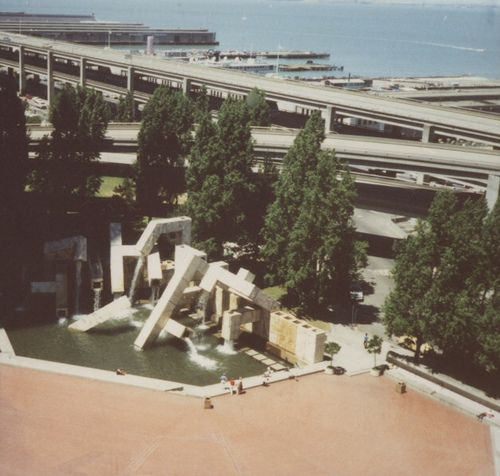Vaillancourt Fountainand the Embarcadero Freeway in 1988.