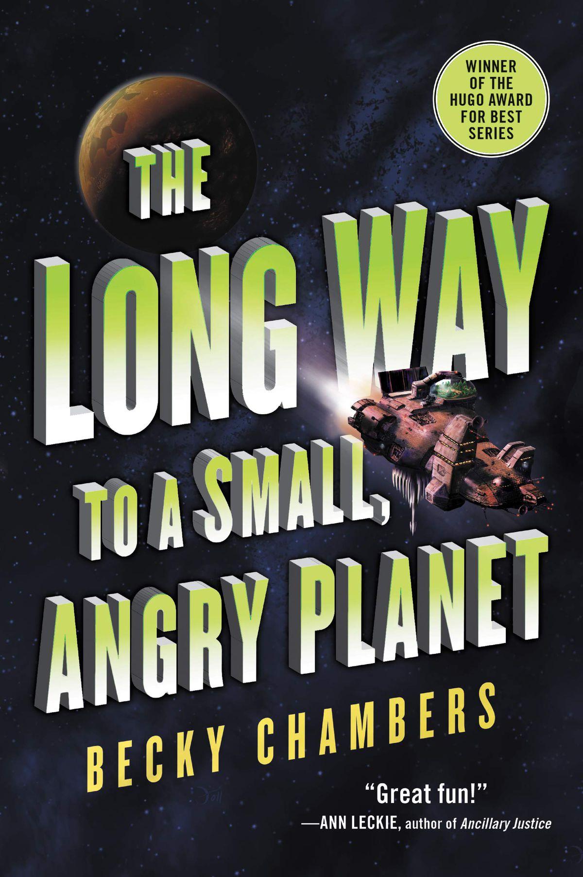 La couverture du premier livre de Becky Chambers présente de gros caractères, à côté d'un petit vaisseau spatial et d'une planète.