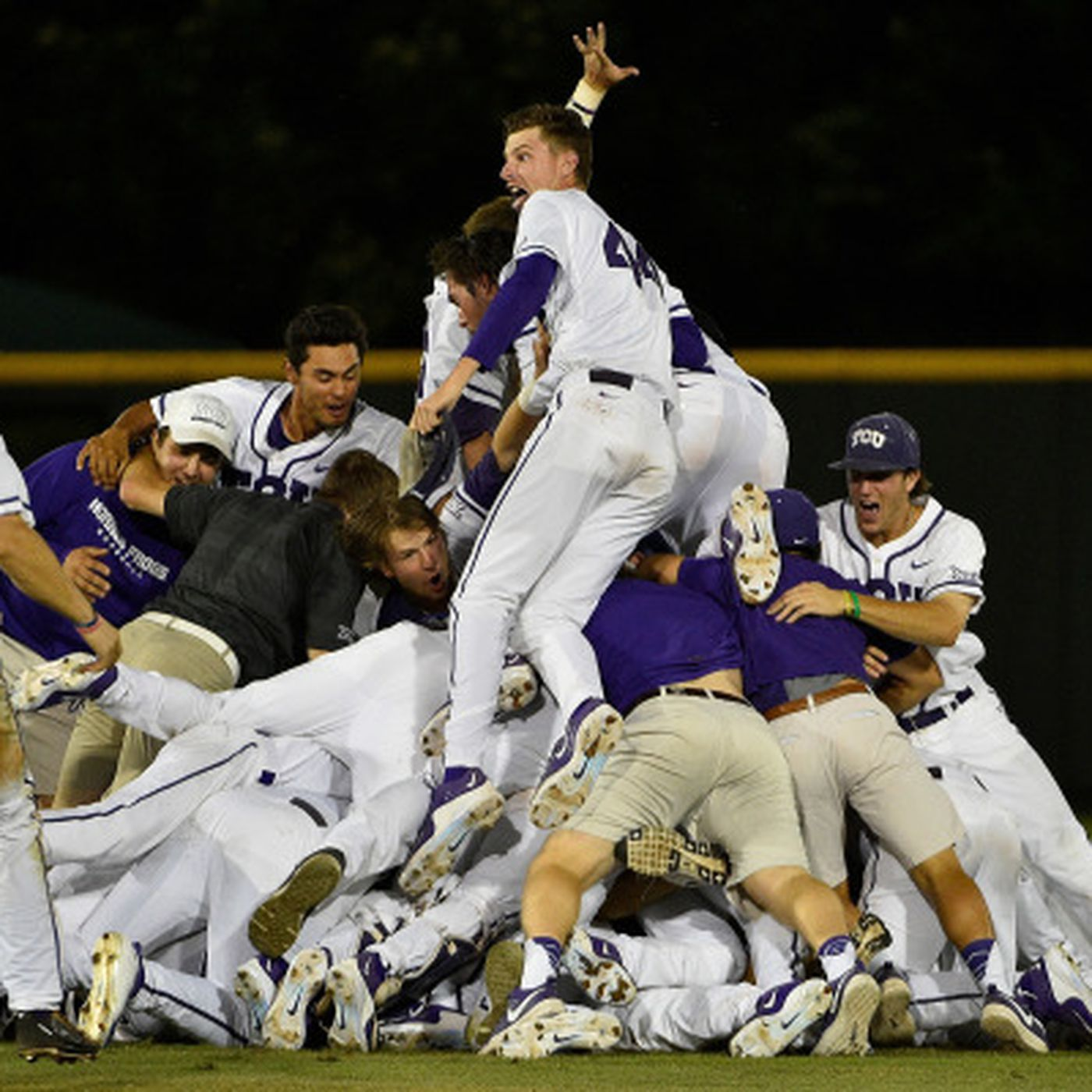WATCH: What's it like to be in the dogpile? - Frogs O' War