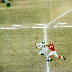 Elbert Dubenion #44 of the Buffalo Bills tries to make the catch as he is defended by Duane Wood #48 of the Dallas Texans during an AFL game on November 12, 1961 at the Cotton Bowl in Dallas, Texas.