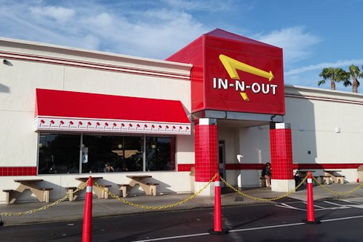A nondescript In-N-Out location, complete with drive thru.
