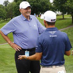 Jim Calhoun chats with Brian Harman.