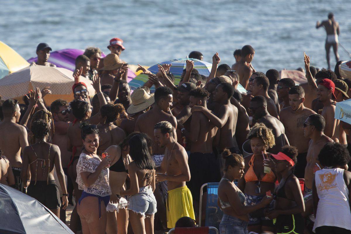 A crowd of people at the beach.