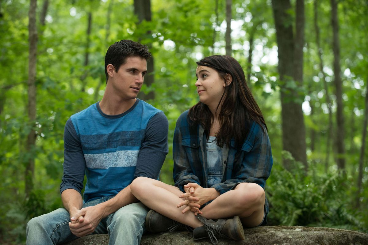 Robbie Amell and Mae Whitman are so, so charming in The DUFF. That counts for a lot.
