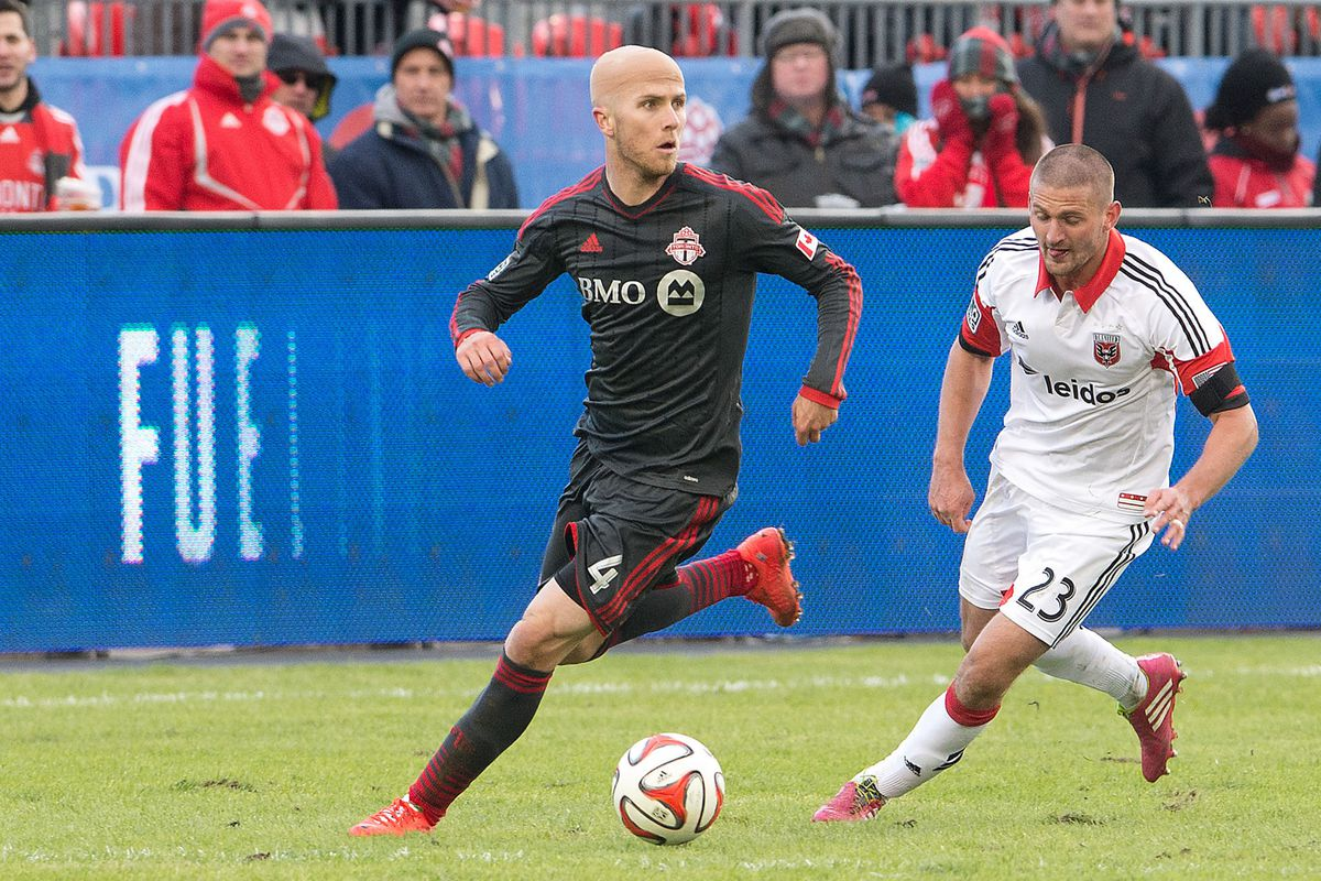 Michael Bradley with his head up looking for Defoe and Gilberto.