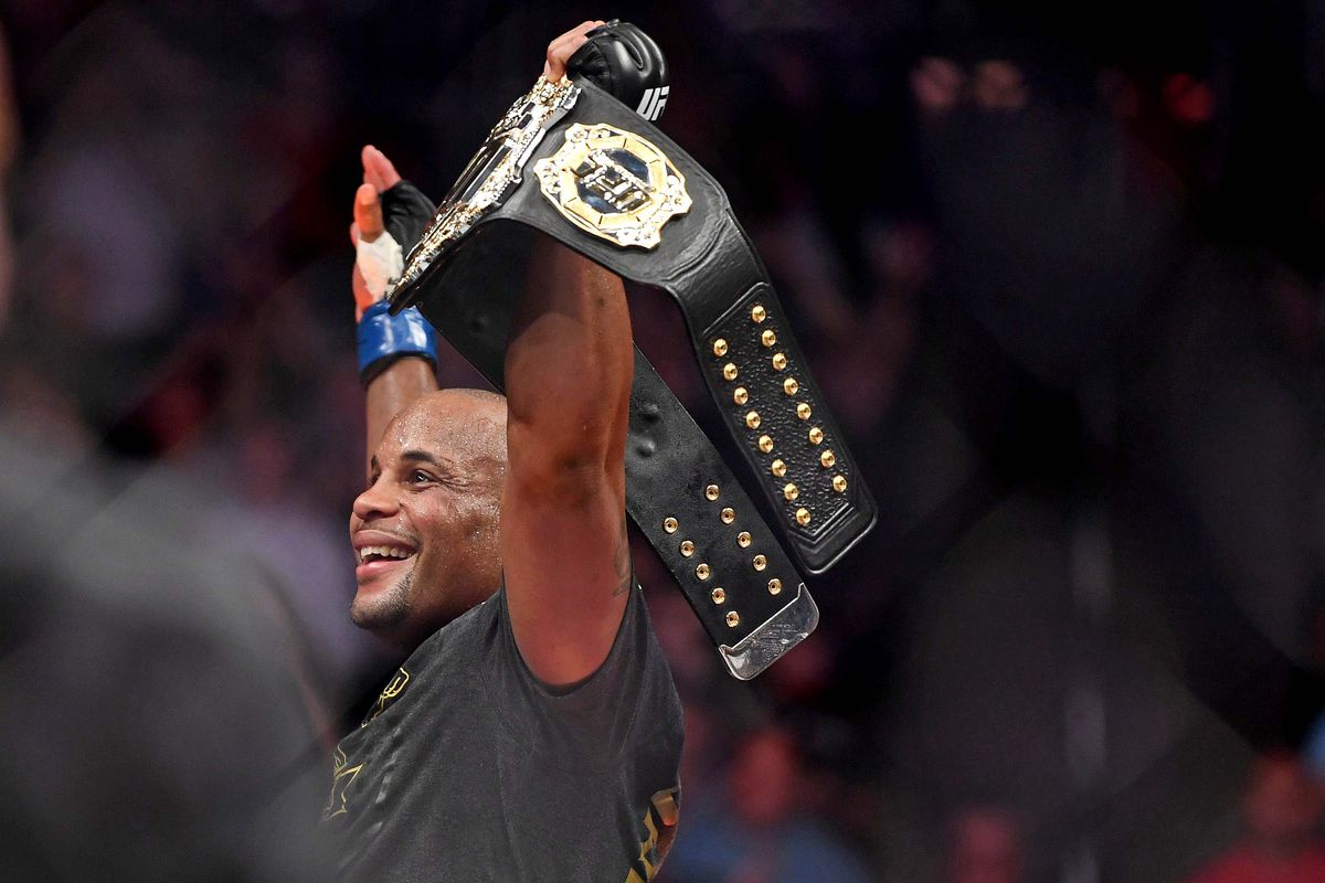 7f1860d1331 Daniel Cormier submits Derrick Lewis to retain heavyweight title at UFC 230