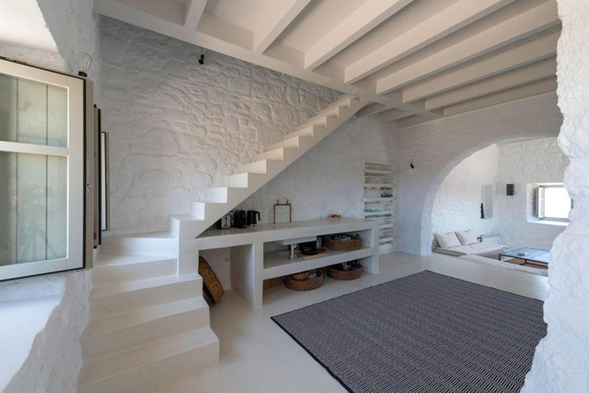 "Photos via <a href=""http://www.dezeen.com/2015/11/12/greg-haji-joannides-giorgos-tsironis-house-renovation-interior-greece-sterna-nisyros-residences/"">Dezeen</a>."