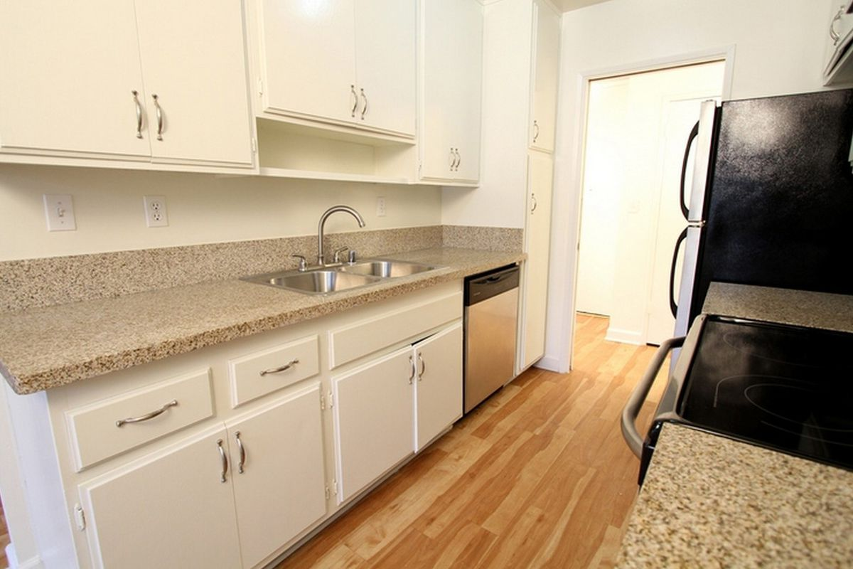 This Pico Robertson Studio Apartment Has Wood Floors And A Newish Looking Kitchen With Good Amount Of Cabinet E It Comes One Assigned Parking