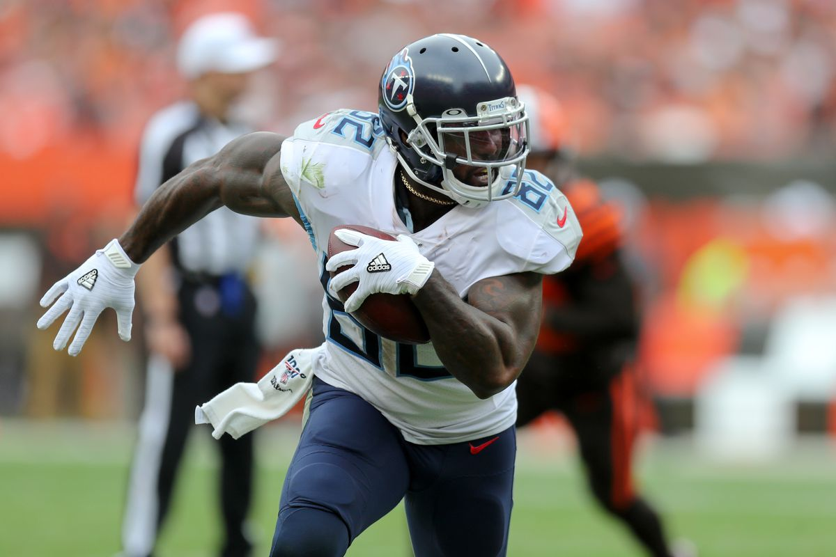 Tennessee Titans tight end Delanie Walker runs with the ball after a catch against the Cleveland Browns.