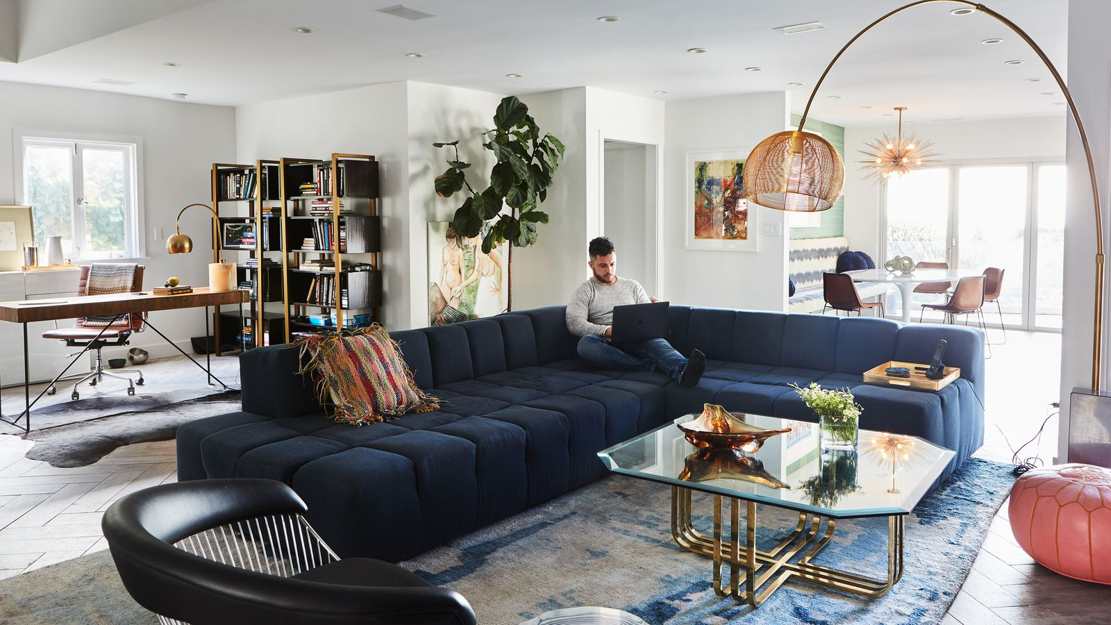 A bachelor embraces color and quirk in the hollywood hills for Living room jazz los angeles