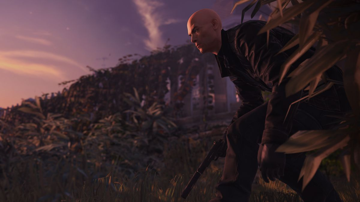 Hitman 2 - Agent 47 crouched near bushes