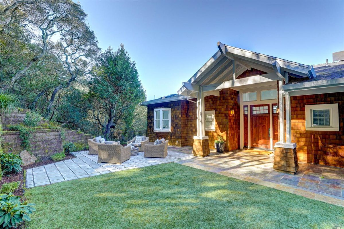 Wood shingled exterior oh home with lawn