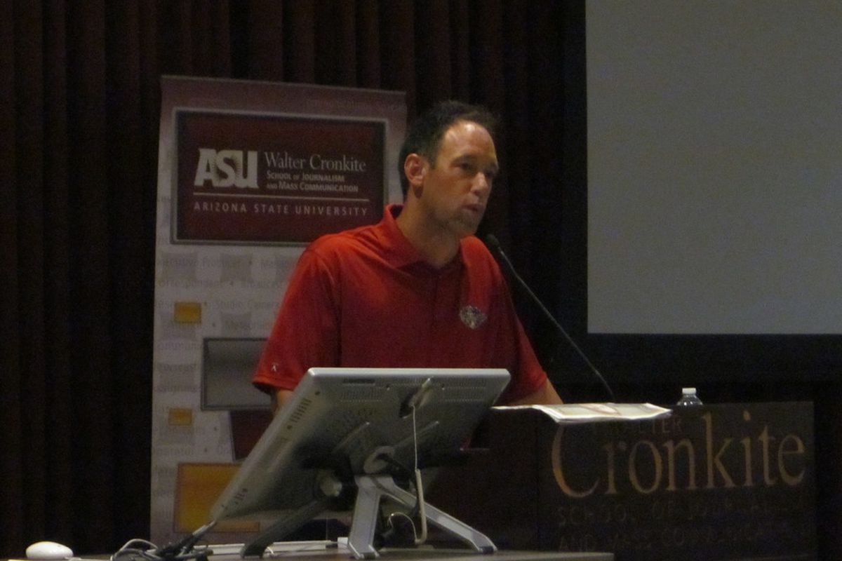 Luis Gonzalez at a news conference for high-school journalism students Friday. (Photo by Jose Romero)