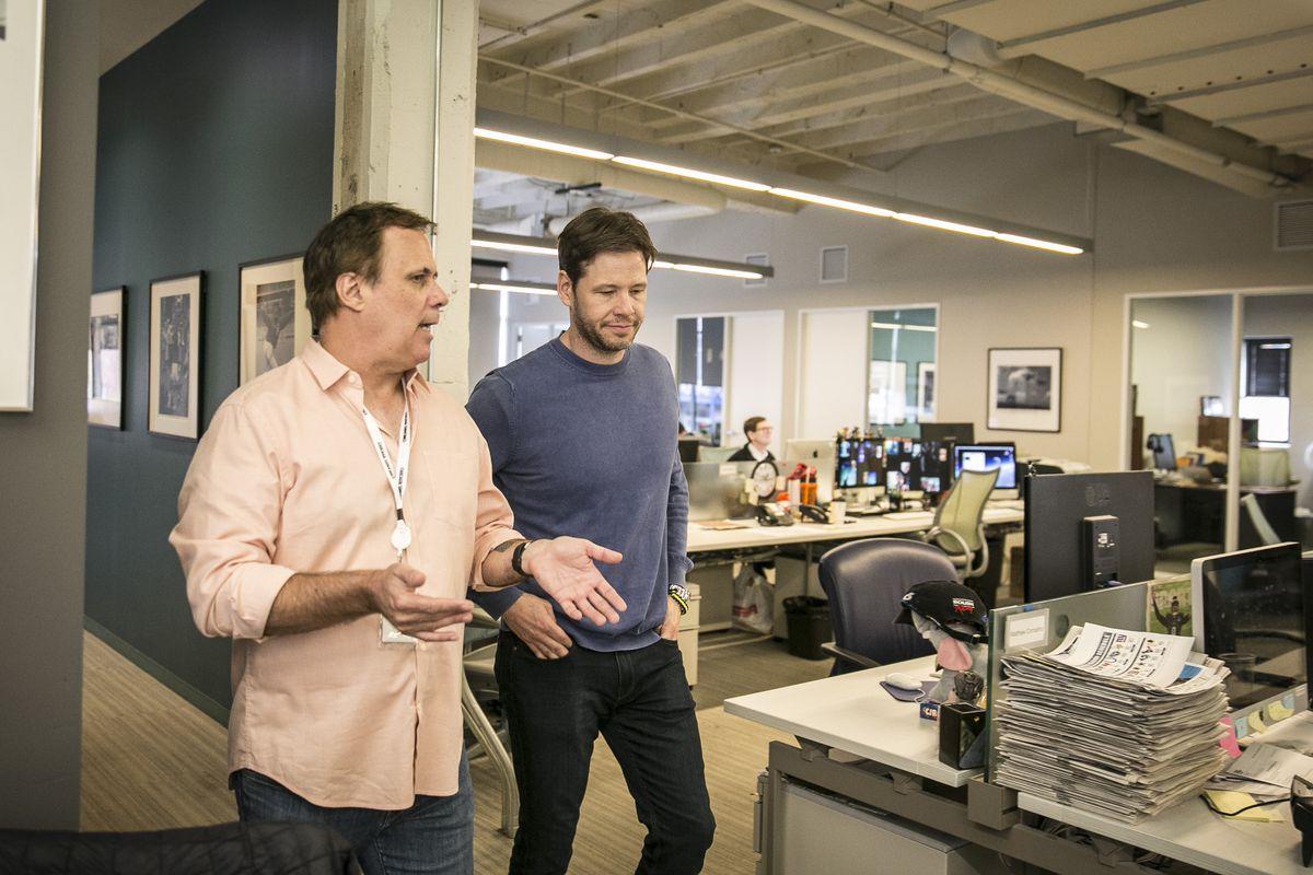 Richard Roeper shows Ike Barinholtz around the Sun-Times newsroom. | Rich Hein / Sun-Times