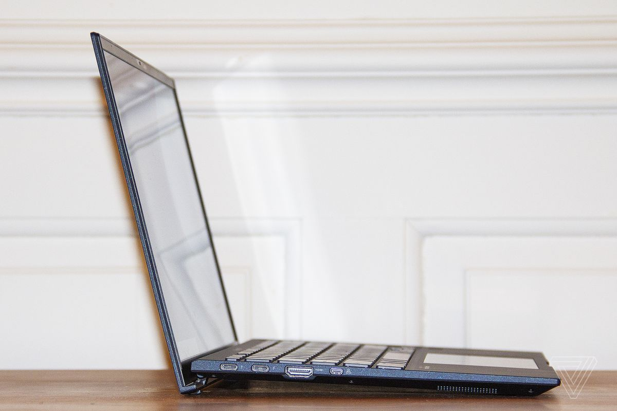 The left side of the Asus ExpertBook B9450.