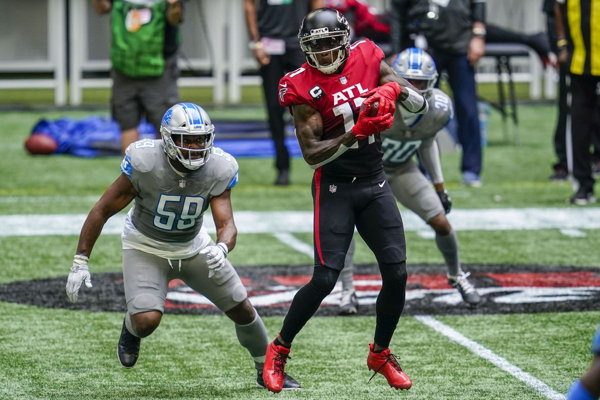 Falcons wide receiver Julio Jones (11) makes a catch in front of Detroit Lions linebacker Reggie Ragland (59) during the first half at Mercedes-Benz Stadium.