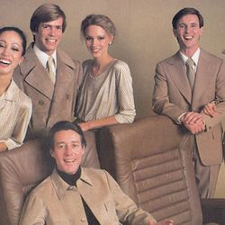 """Halston designed the 1977 Braniff uniforms. No space bubble helmets this time. Photo via <a href-""""http://www.braniffpages.com/1965/pic10.html"""">BraniffPages.com.</a>"""