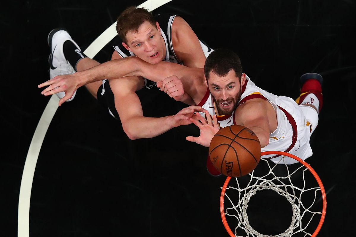 Timofey Mozgov and Kevin Love battle for the ball
