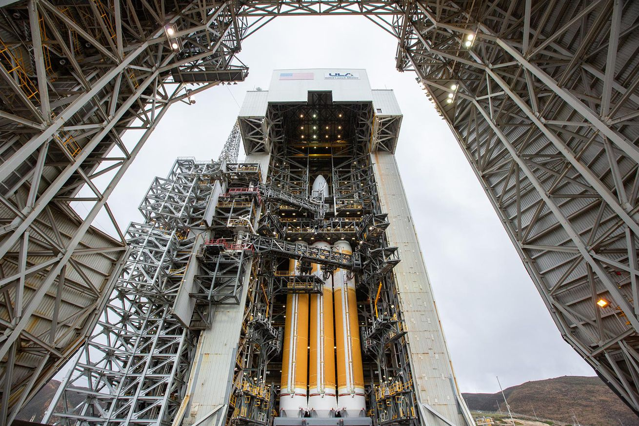 <em>The Delta IV Heavy ahead of the NROL-71 mission</em>
