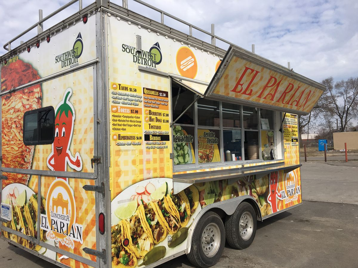 The trailer for Loncheria El Parian on a sunny day on West Vernor.