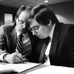 Attorney Ron Yengich,left, confers with Mark Hofmann in 1987.
