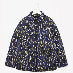 "<b>COS</b>, <a href=""http://www.cosstores.com/us/Shop/Women/Coats_Jackets/Printed_down_jacket/46891-15312851.1#c-15133319"">$250</a>"