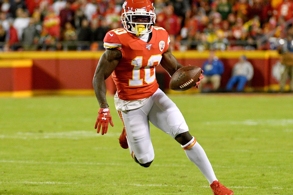 Kansas City Chiefs wide receiver Tyreek Hill runs the ball during the first half abasing the Green Bay Packers at Arrowhead Stadium