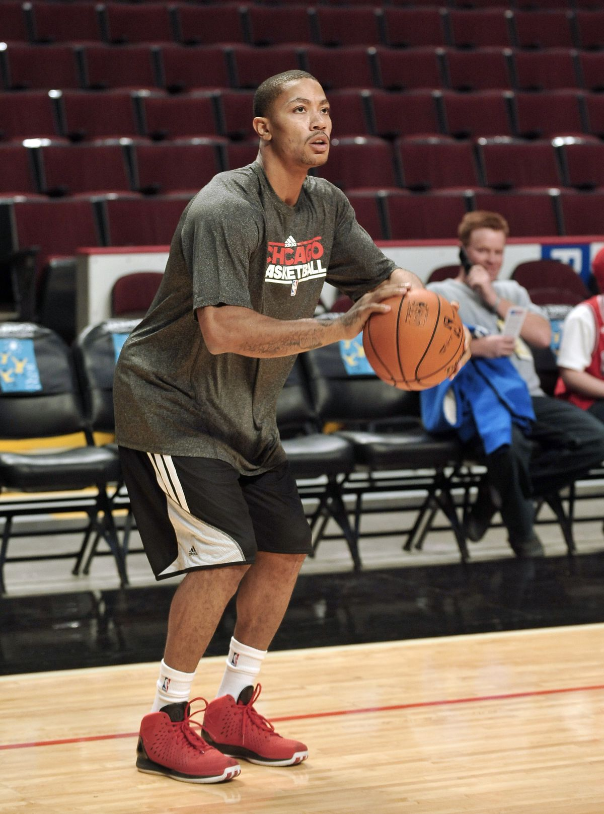 8e126acbd5a3 Injured Bulls guard Derrick Rose worksout for a brief time before the Chicago  Bulls take on