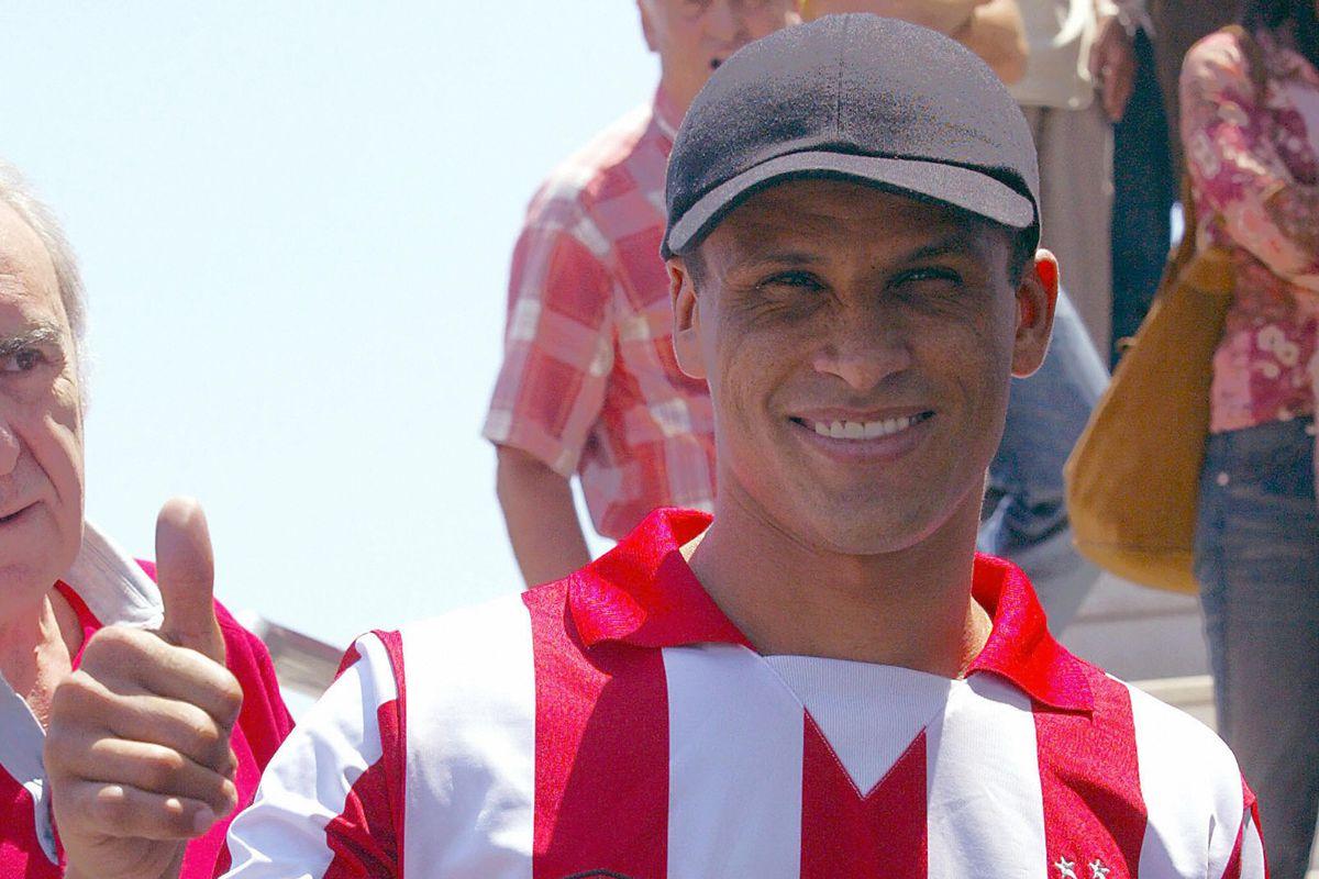 Brazilian player Rivaldo thumbs-up to su