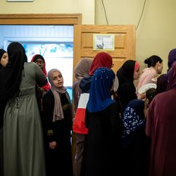 Women line up for an Iftar buffet to break their Ramadan fast on May 25, 2018 at the Muslim Community Center in North Chicago. I Maria de la Guardia/Sun-Times
