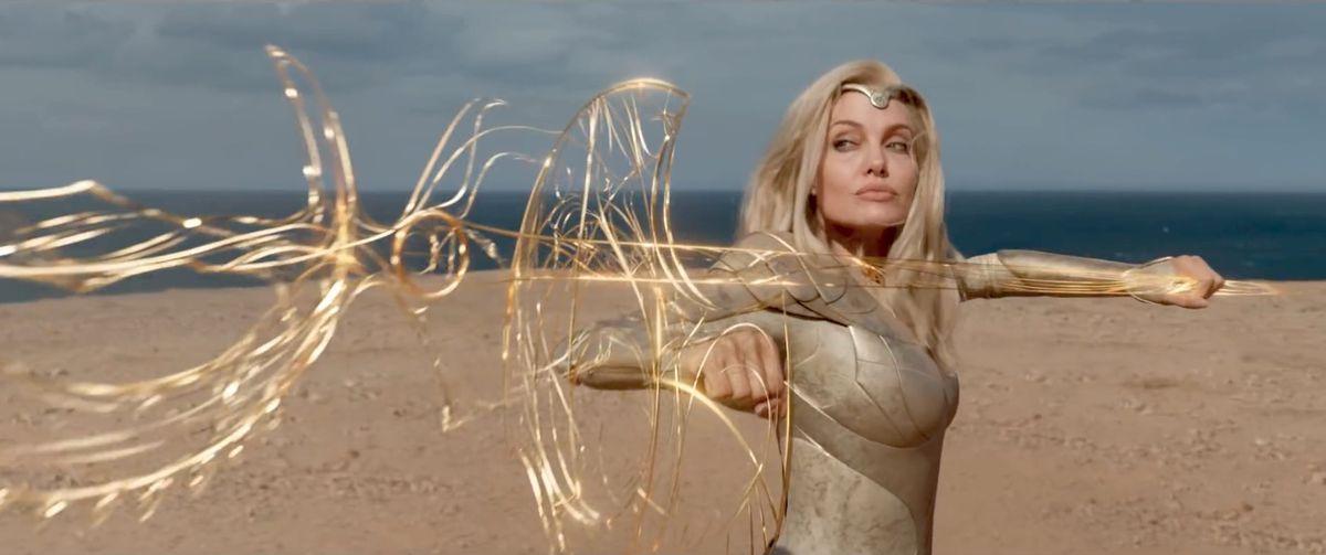 Thena (Angelina Jolie) empuña una extraña arma dorada en Eternals.