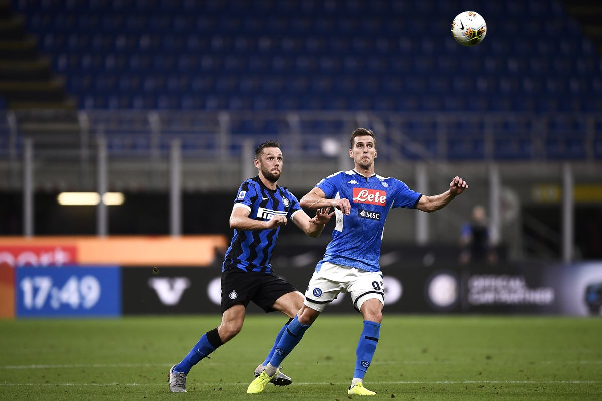 Arkadiusz Milik (R) of SSC Napoli competes for the ball with...