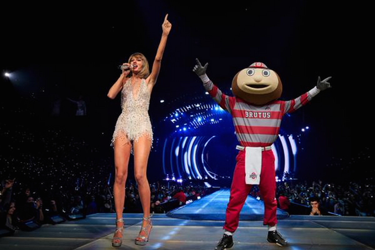 Ohio State Mascot Swoops In On Ezekiel Elliott S Courtship Of Taylor Swift Sbnation Com