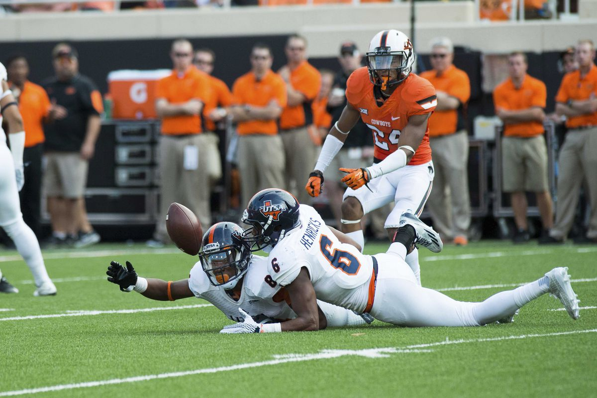UTSA players attempt to recover one of UTSA's seven turnovers against Oklahoma State