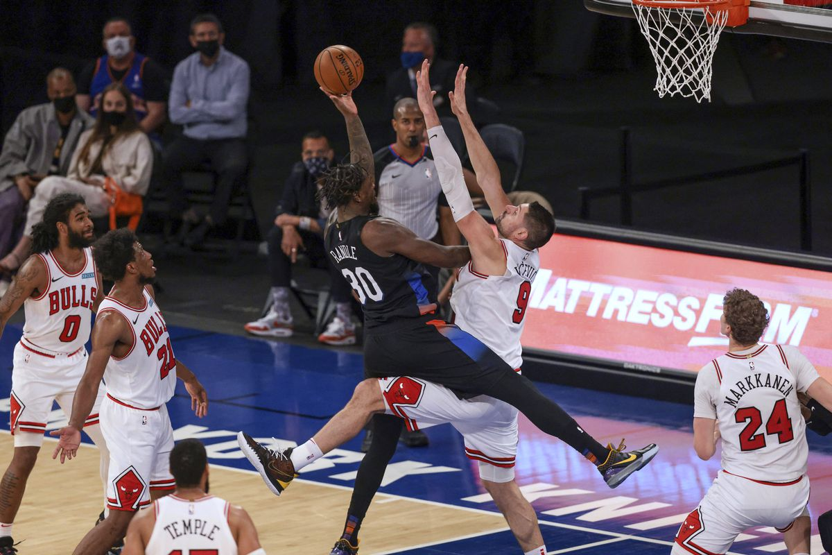 Knicks forward Julius Randle (30) shoots against Bulls center Nikola Vucevic on Wednesday night. Randle scored 34 points to lead the Knicks to a 113-94 victory at Madison Square Garden.