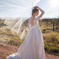 To marry Ricky Van Veen on September 19th, 2015, Girls star Allison Williams wore Oscar de la Renta couture by Peter Copping.