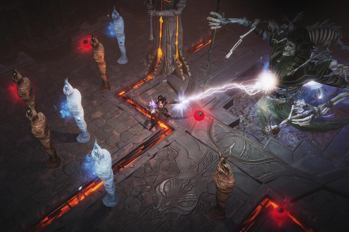 Diablo Immortal players battle a giant demon