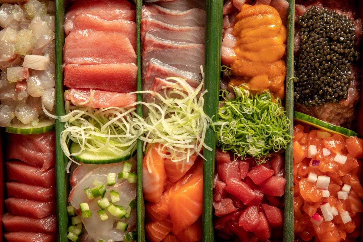 Pieces of sashimi and tartare arranged in rows in the temaki box