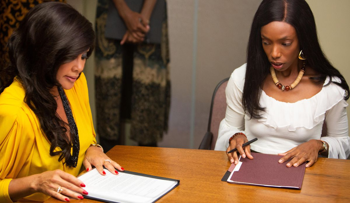 Zora (Vanessa Williams) and Anna (Elle Lorraine) sit in a business meeting after Anna gets her new weave in Bad Hair