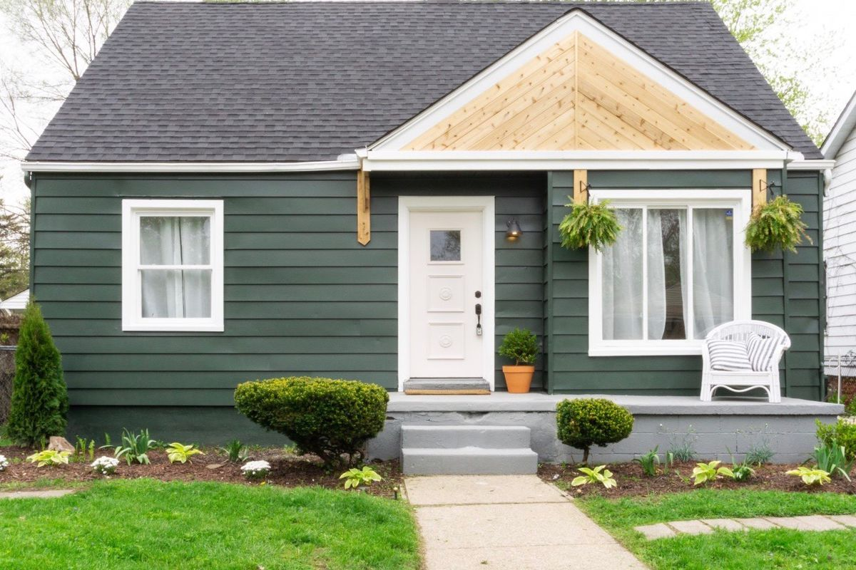 The same house, awnings removed, with a sharper color on the siding and awnings removed. There's also wood accents above the front door.