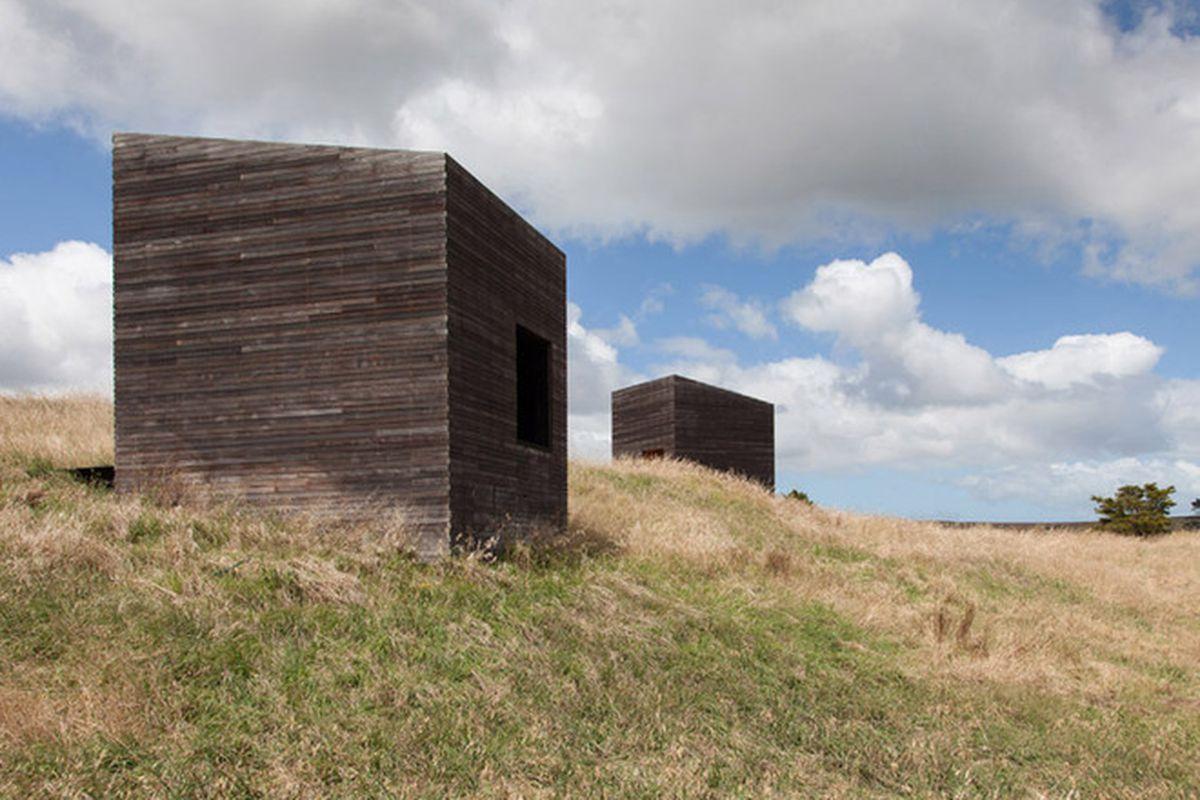 "Photos by <a href=""http://www.jeremytoth.co.nz/"">Jeremy Toth</a> via <a href=""http://www.dezeen.com/2015/09/04/blackened-timber-cabins-cheshire-architects-overlook-tasman-sea-new-zealand/"">Dezeen</a>."