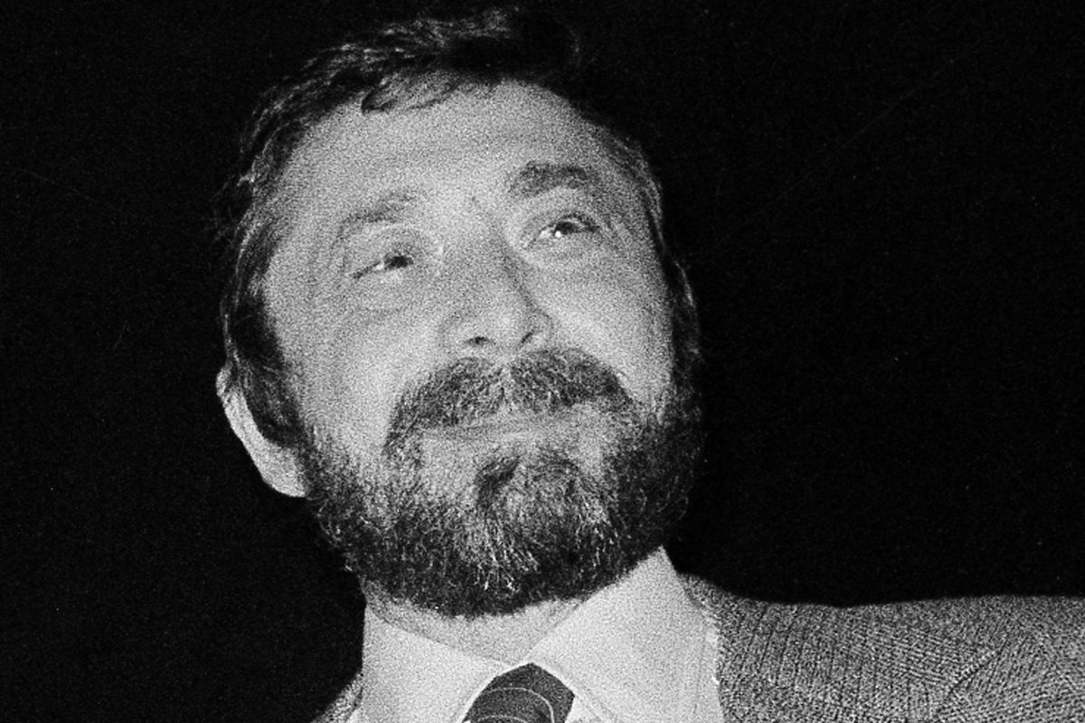 """FILE - Walter Yetnikoff, president of CBS Records, presents gold records in New York on Jan. 17, 1978. Yetnikoff, the rampaging, R-rated head of CBS Records who presided over blockbuster releases by Michael Jackson, Billy Joel and many others and otherwise devoted his life to a self-catered feast of """"schmoozing, shmingling and bingling,"""" has died at age 87. Yetnikoff's death was confirmed Tuesday, Aug. 10, 2021, by David Ritz, who collaborated with Yetnikoff on his memoir """"Howling at the Moon."""" (AP Photo/Carlos Rene Perez, File) ORG XMIT: CAPM208"""