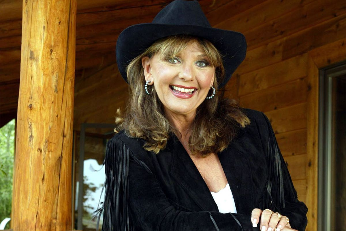 PIC © STEWART COOK 310 403 6131 8-05-02 GILLIGAN'S ISLAND STAR DAWN WELLS ON THE PORCH OF HER RANCH HOME IN IDAHO. For use in Spudfest. (Submission date: 07/27/2004)