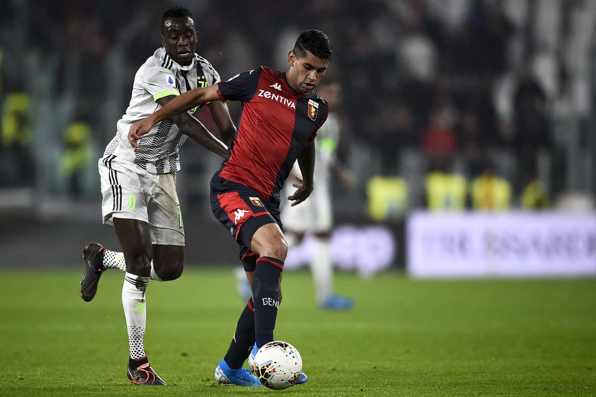 Cristian Romero (R) of Genoa CFC copetes for the ball with...