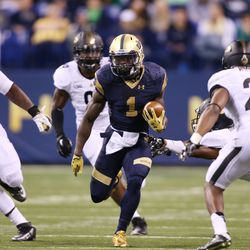 Greg Bryant carries the ball