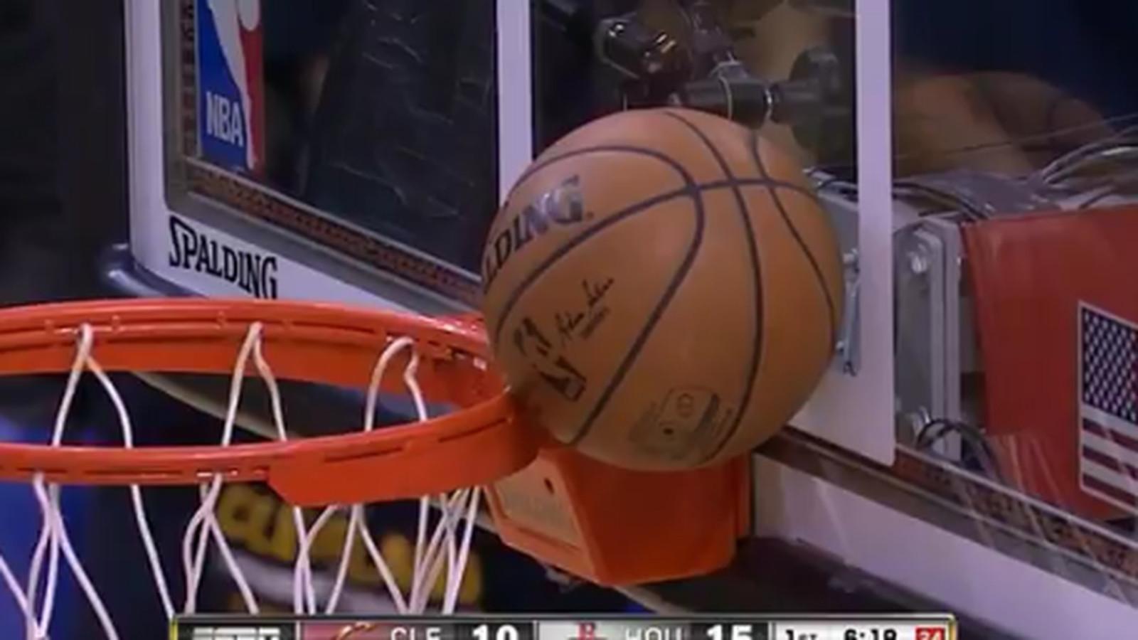 """勒布朗詹姆斯的空中接力扣篮尝试在篮筐和篮板之间""""楔入"""""""