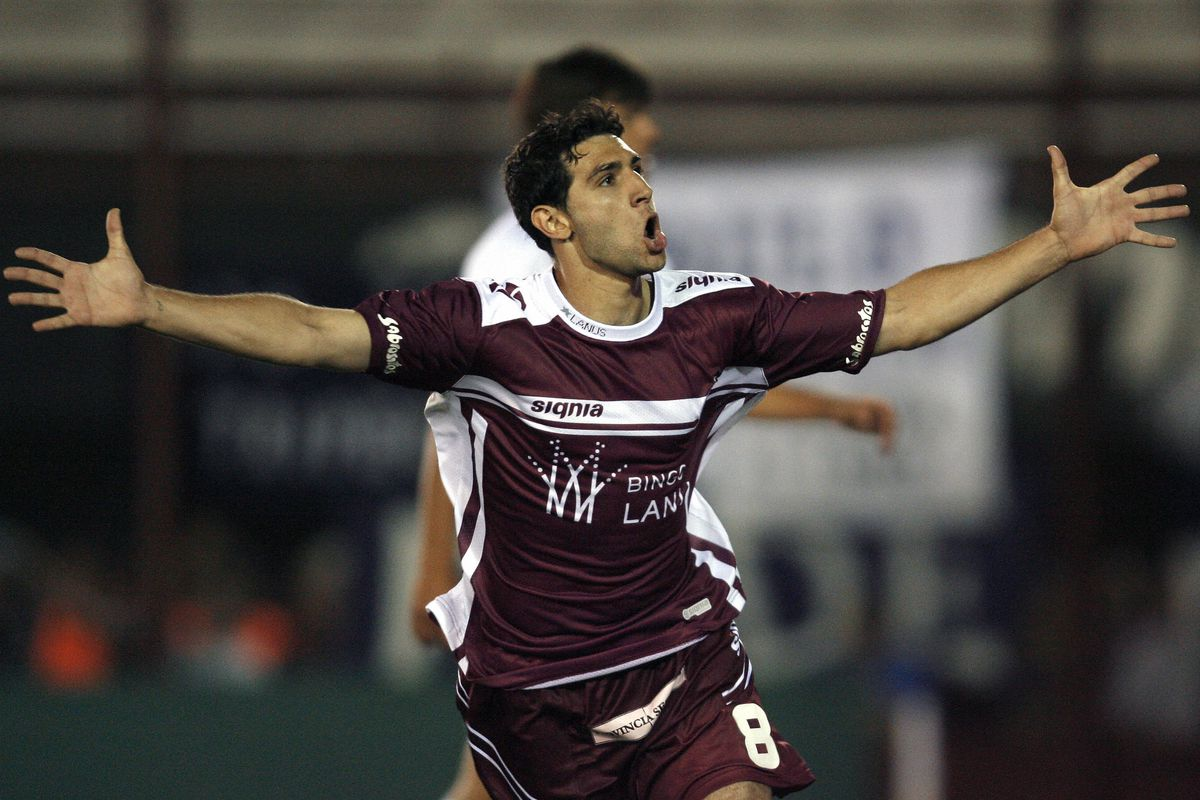 Lanus' midfielder Diego Valeri celebrate